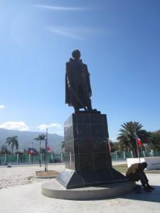 Frigjøringshelten Toussaint L'Overture og flagg på halv stang 12. januar.