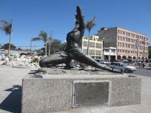 """Minnesmerket Neg Mawon - """"den ukjente slave"""" - på Champ de Mars overlevde jordskjelvet."""